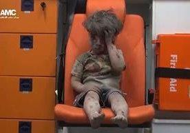 Niño de cinco años es rescatado después de un bombardeo en Siria.