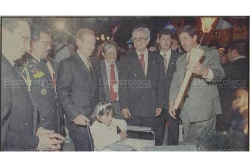 29/12/1996 El presidente Alvaro Arzú empuja la silla de ruedas de Silvia, quien llevó la antorcha para encender la llama de la paz. (Foto: Hemeroteca PL)