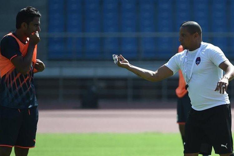 El brasileño Roberto Carlos es una de las estrellas de la Liga India. (Foto Prensa Libre: AFP)