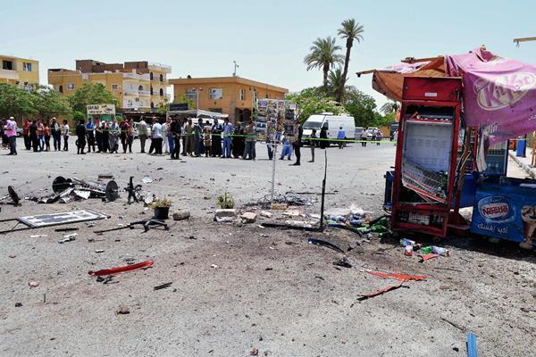 Varios curiosos observan el lugar del atentado suicida, cerca en Luxor, Egipto. (Foto Prensa Libre:AFP)