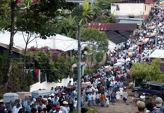 El sepelio de las víctimas fue multitudinario el 18 de junio de 2005. (Foto: Hemeroteca PL)