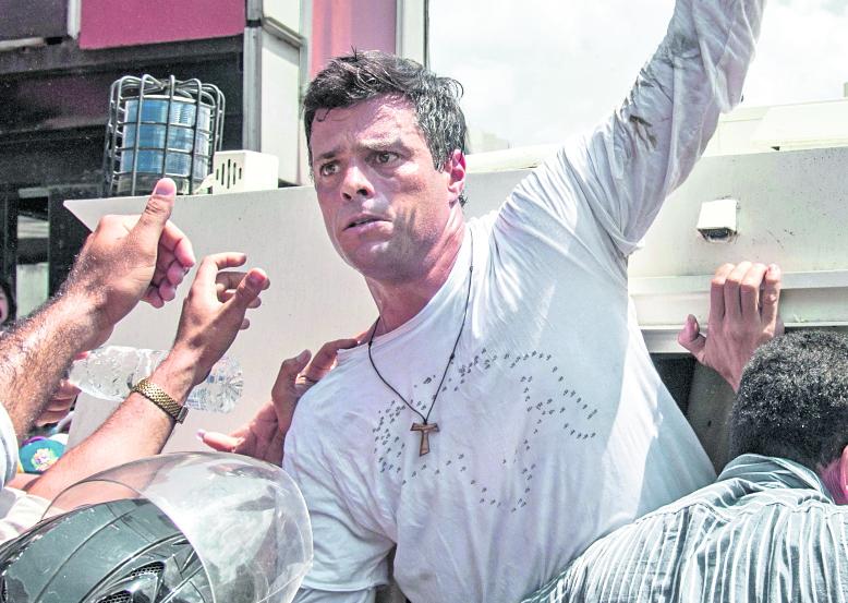 El líder opositor Leopoldo López, el día que se entregóa  las autoridades el 18 de febrero del 2014. (Foto Prensa Libre: AFP)