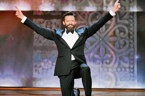 <p>Eel astro de Hollywood, Hugh Jackman, inauguró la fiesta con varios saltos sobre el escenario. (Foto Prensa Libre: AP)<br></p>