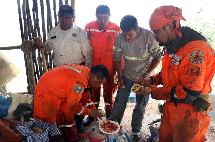 Una familia de campesinos les comparten comida. Foto Prensa Libre: Renato Melgar.