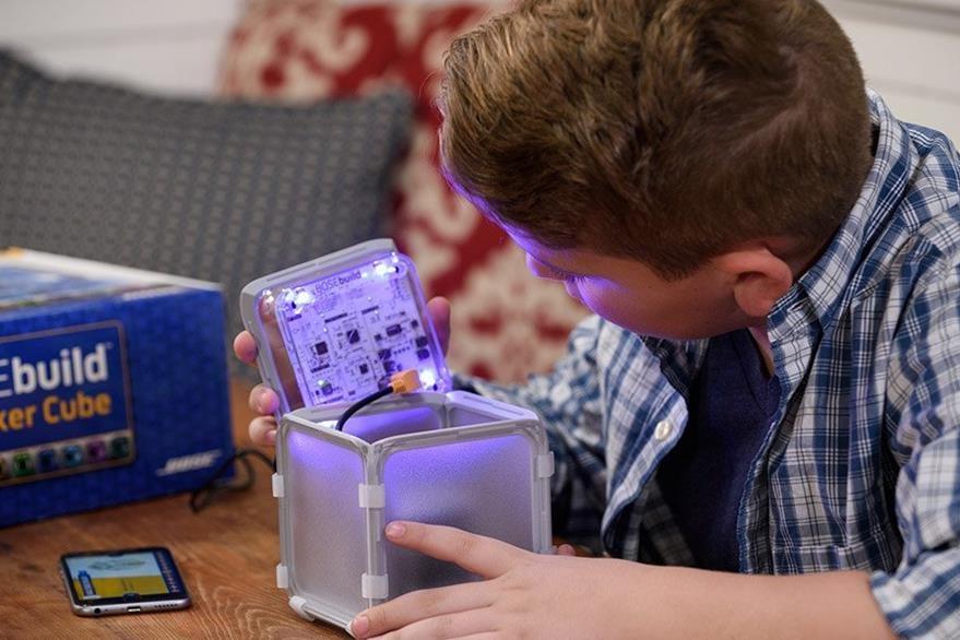 Durante el proceso el pequeño aprende cómo funciona un altavoz y su conexión inalámbrica. (Foto Prensa Libre: Bose).