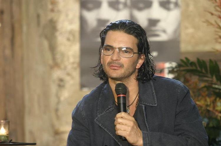 En 2005, el cantautor lanzó el disco<em> Adentro</em>, el cual también se presentó a la prensa en un evento en La Antigua Guatemala.&nbsp;