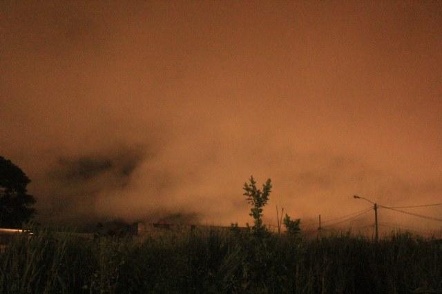 La nube de color rojizo cubre gran parte de la ciudad de Escuintla. (Foto Prensa Libre: Melvin Sandoval)
