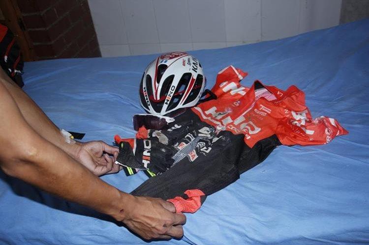 El casco y los implementos de Celso Ajpacajá quedarón dañados. (Foto Prensa Libre: Víctor Chamalé)