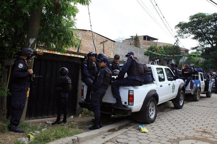 Policías hondureños durante un operativo en Tegucigalpa. (Foto Prensa Libre: Hemeroteca PL).