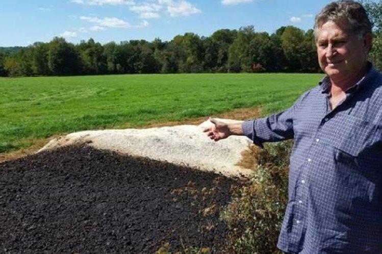 Agricultor utiliza cáscaras de huevo machacadas para sus campos de heno.