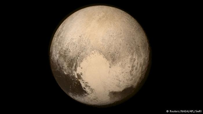 Recién en 2015 se produjo un hito en la historia científica cuando la nave New Horizon de la Nasa logró llegar a la órbita de Plutón. La foto es una de las primeras que envió del planeta más lejano del Sistema Solar. (Foto Prensa Libre: Hemeroteca PL).