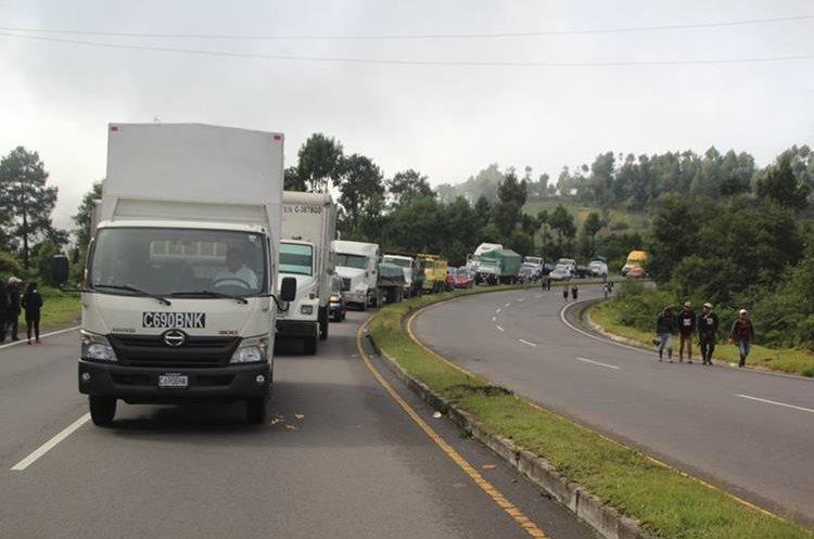 Congreso y exigieron la renuncia de Jimmy Morales al bloquear puntos carreteros. El paro ocasionó largas filas de vehículos en la ruta Interamericana. (Foto Prensa Libre: Ángel Julajuj)