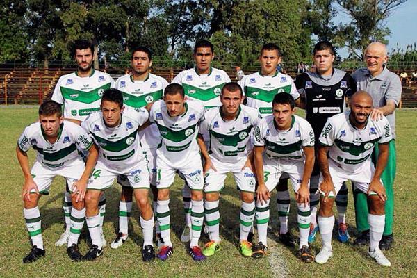 Sixto Betancourt —tercero de pie de izquierda derecha— cerca de lograr con el Plaza Colonia el ascenso a la Primera División del futbol uruguayo (Foto Prensa Libre: Plaza Colonia)