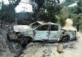 Una turba quemó una autopatrulla de la Policía en San Juan Sacatepéquez en represalia por operativos del Ministeriio Público. (Foto Prensa Libre: E. Paredes)