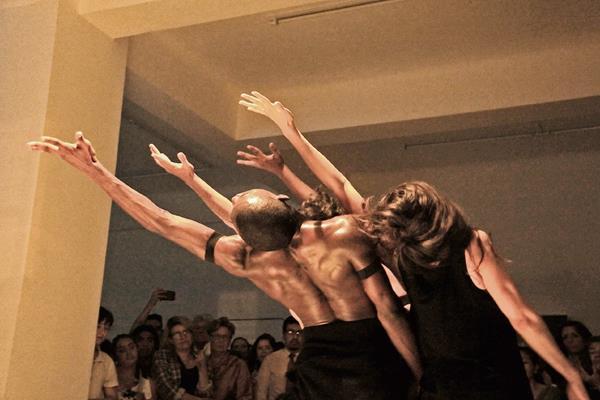La danza Extractos de Sahumerios se basa en la obra Sahumerios, derrotar la muerte para cantar a la vida, de la artista Isabel Ruiz.