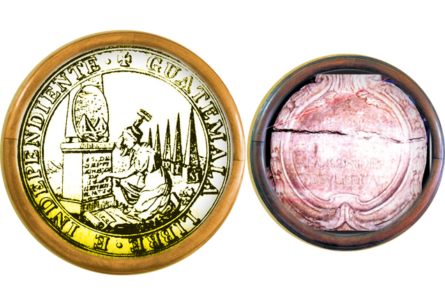 A la izquierda, una de las caras de la moneda conmemorativa según se estipuló en el punto 17 del acta de Independencia. Derecha, cartela de piedra que fue colocada en el Ayuntamiento. Actualmente se encuentra en el Museo de Historia. (Foto: Hemeroteca PL)