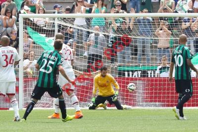 Domenico Berardi vence a Diego Lopez en uno de los goles del Sassuolo este domingo. (Foto Prensa Libre: EFE)