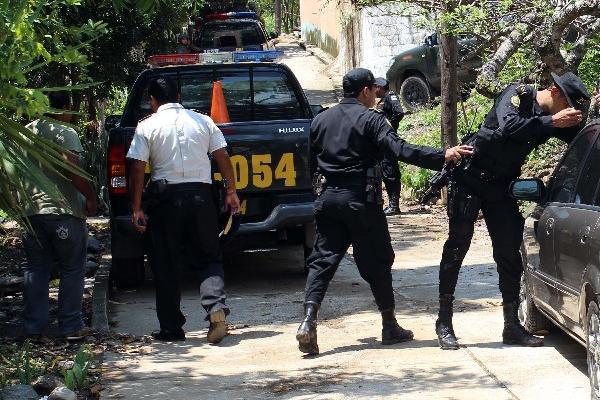 AGENTES DE la Policía Nacional Civil, durante el allanamiento del inmueble en Zacapa.