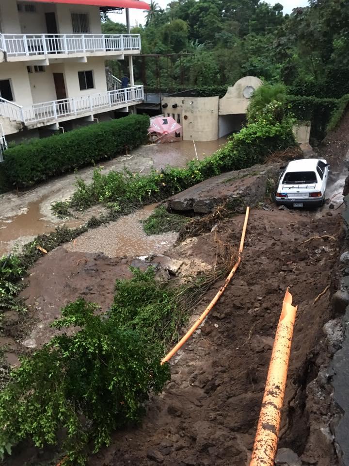 Vehículo queda dañado por inundación en hotel en Mazatenango. (Foto Prensa Libre: Cortesía Myra Alba de García)