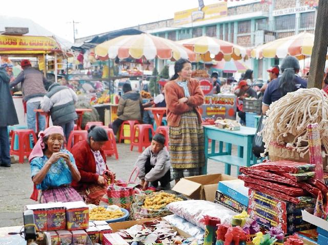 Muchas ventas  de juegos pirotécnicos se hallan cerca de  negocios de comida. (Foto Prensa Libre: Carlos Ventura)