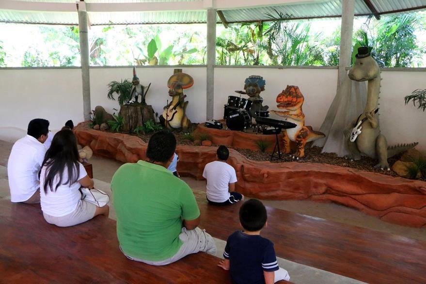 Visitantes disfrutan de una presentación de teatro, en Dino Park, Santa Cruz Muluá, Retalhuleu. (Foto Prensa Libre: Rolando Miranda)