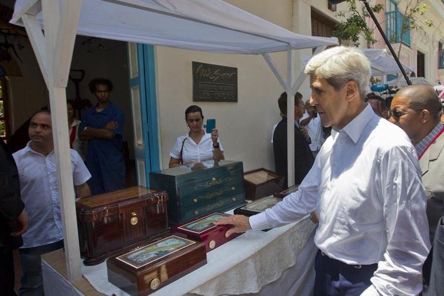 El funcionario estadounidense se detiene frente a una venta ubicada en La Habana. (Foto Prensa Libre: AFP).