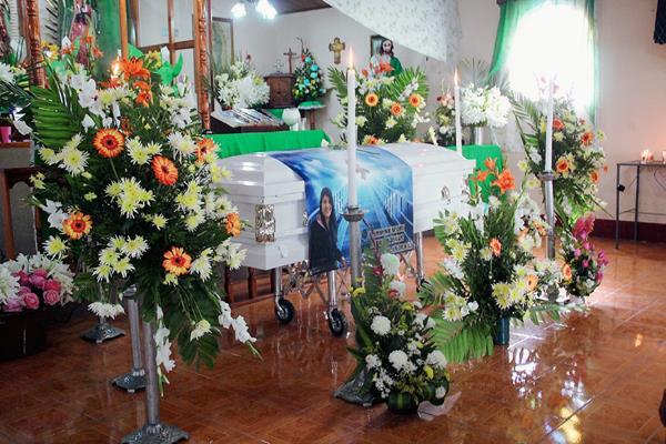Familiares y amigos de Rody Roxana Matías Vásquez llevaron arreglos florales al servicio fúnebre, en la cabecera de Huehuetenango. (Foto Prensa Libre: Mike Castillo)