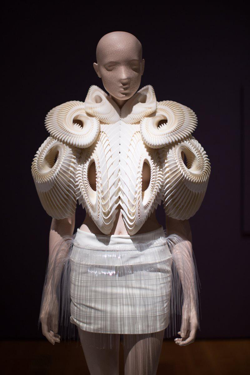 Esta es La primera pieza impresa en 3D que presentó en una pasarela era de su colección Crystallization, de julio de 2010. (Foto Prensa Libre: AP).