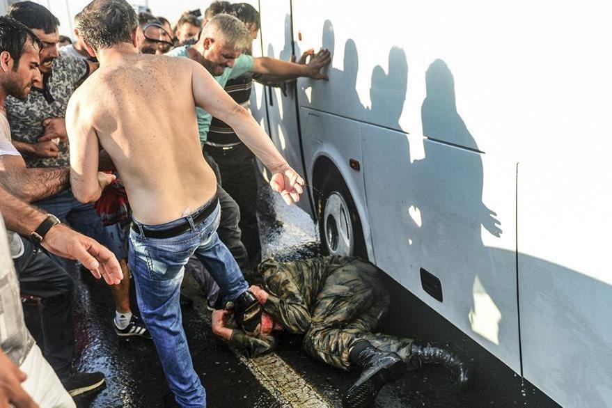 Un soldado turco, supuestamente participante del fallido golpe, es pateado en el suelo por simpatizantes del gobierno. (Foto Prensa Libre: AP).