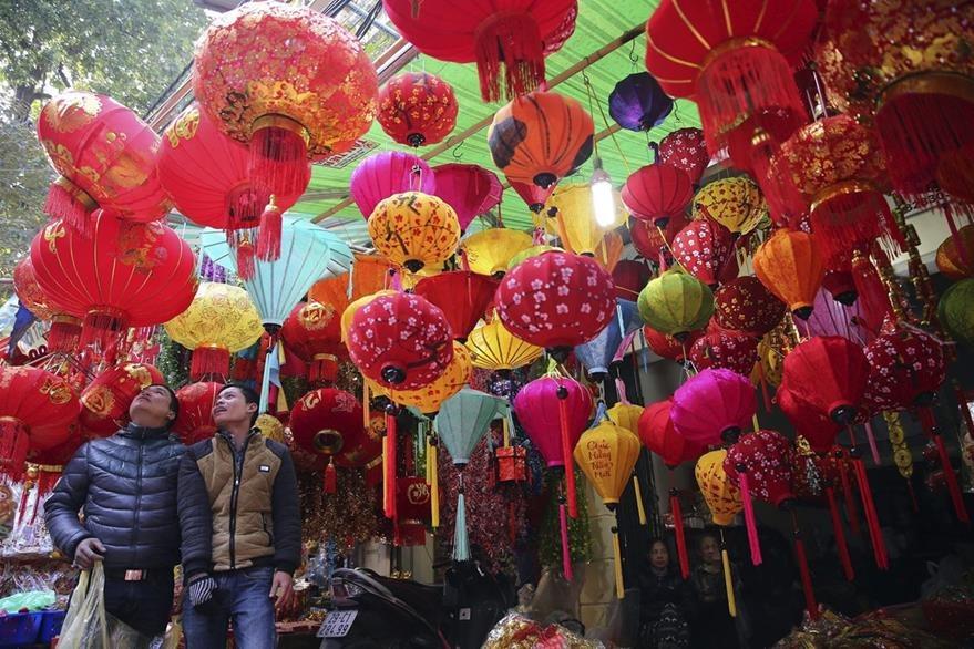 Los mercados de China lucen coloridos por la celebración del Año Nuevo. (Foto Prensa Libre: EFE).