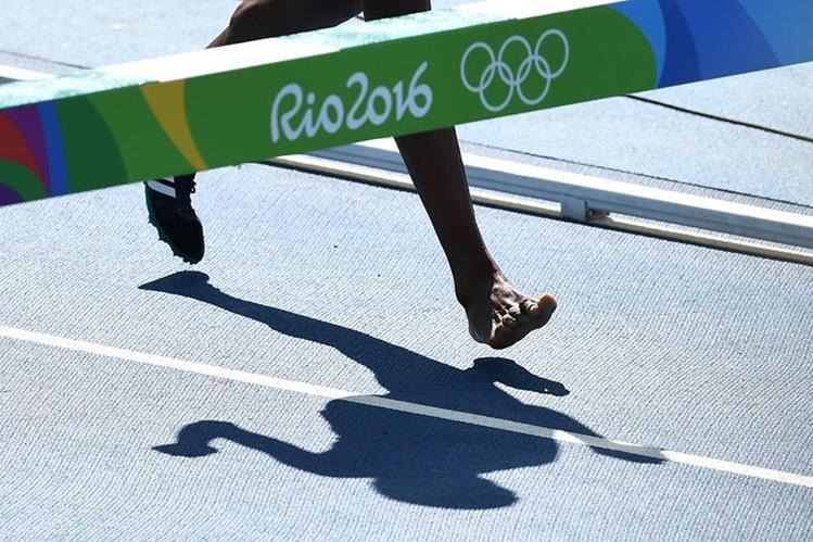 Diro no lo pensó dos veces y avanzó descalza en busca de su sueño. (Foto Prensa Libre: AFP)