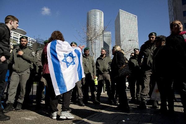 Simpatizantes reaccionan en Tel Aviv tras darse a conocer la sentencia de Azaría. (EFE).