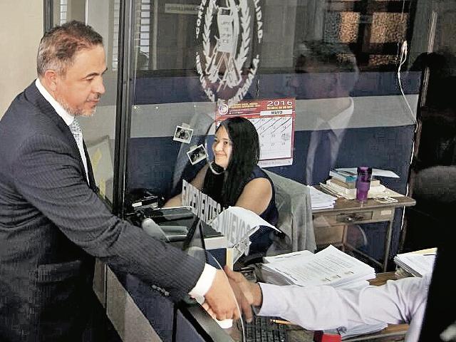 René Castañeda, presidente de la Asociación de Zonas Francas Privadas, entrega el amparo en la Corte de Constitucionalidad. (Foto Prensa Libre: Edwin Bercián)
