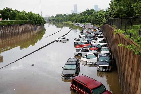 Varios automovilistas quedaron varados en North Main en Houston después la inundación. (Foto Prensa Libre:AP)