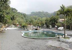 El balneario El Nacimiento es una opción para los que gustan de visitar piscinas. (Foto Prensa Libre: Víctor Chamalé)