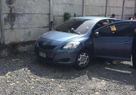 Vehículo en el que viajaba el funcionario, quedó con varias perforaciones de bala. (Foto Prensa Libre: Enrique Paredes).