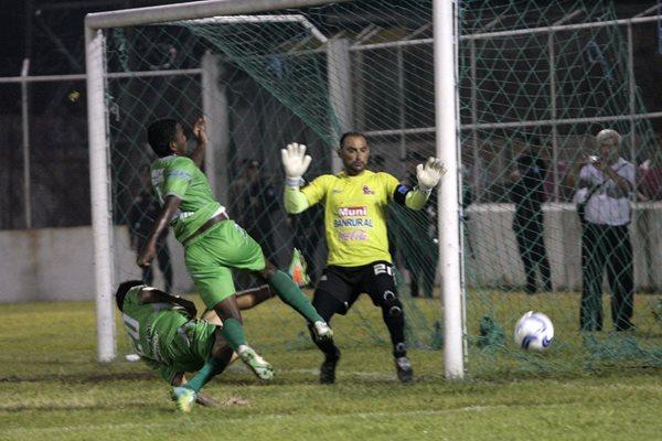 Carlos Díaz (amarillo)evitó que Escuintla Heredia hiciera daño en el primer juego. (Foto Prensa Libre: Jesús Cuque)