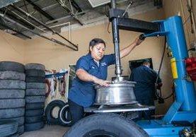 Maty trabaja en el taller de llantas que montaron con su esposo en Júpiter, Florida. (Foto Prensa Libre: Univisión).