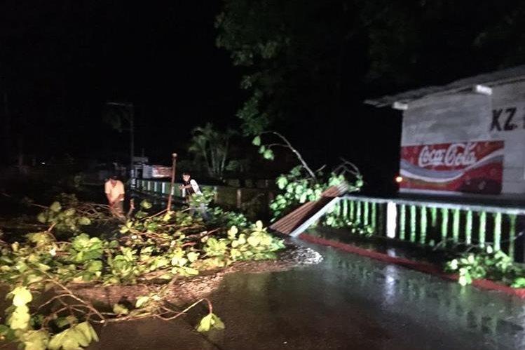 Viviendas en Fray Bartolomé de las Casas, Alta Verapaz, fueron dañadas por la lluvia de las últimas horas. (Foto Prensa Libre: Conred)