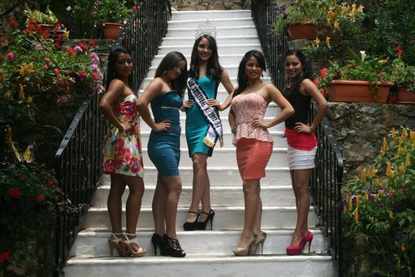 Las candidatas junto a la soberana saliente - al centro- hacen su presentación en un hotel de San Cristóbal Verapaz. (Foto Prensa Libre: Ángel Tax).