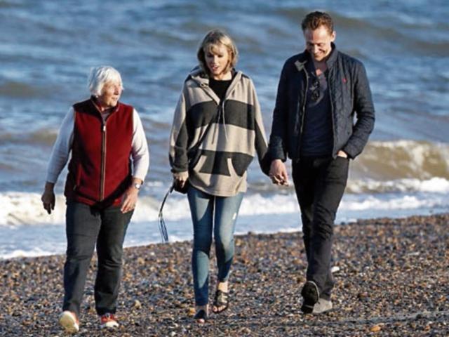 Taylor Swift  viajó a  Inglaterra para conocer a los padres del actor Tom Hiddleston.