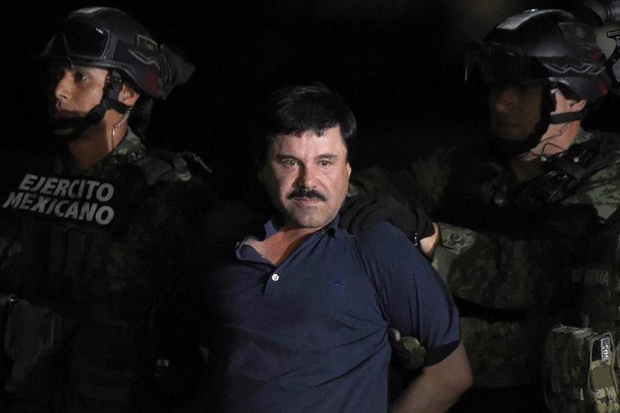 """Joaquín """"El Chapo"""" Guzmán es escoltado después de su recaptura. (AFP)."""