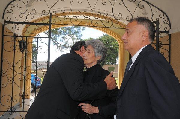 Ruth Palomo, viuda de Quaglieri, recibe el pesame de sus allegados. (Foto Prensa Libre: Carlos Vicente)