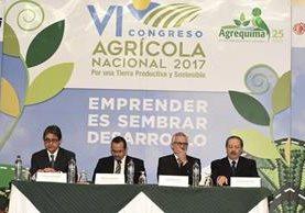 Ricardo Estrada, presidente de Agrequima junto a autoridades del Maga y de CropLife. (Foto Prensa Libre: Cortesía)