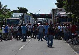 Pilotos del transporte pesado quienes movilizan la mercadería que ingresa y sale de Puerto Quetzal, Escuintla paralizaron labores en protesta a las medidas de restricción de horarios impuestas por la municipalidad de Guatemala. (Foto, Prensa Libre: Hemeroteca PL)