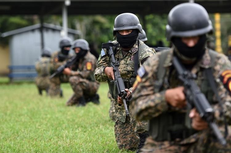 Soldiers of the Special Reaction Forces (FER) train at the military base of the Armed Forces of El Salvador, in Ilopango, on July 22, 2015. The FER battalion was created at the request of Salvadorean President Salvador Sanches Ceren, to fight a surge in gang violence that experts warn may only intensify.   AFP PHOTO / MARVIN RECINOS