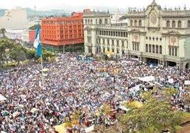 Cientos de guatemaltecos empezaron una serie de manifestaciones desde el 25 de abril, días después de que se divulgó la existencia de la red de defraudación aduanera. (Foto, Prensa Libre: Hemeroteca PL)