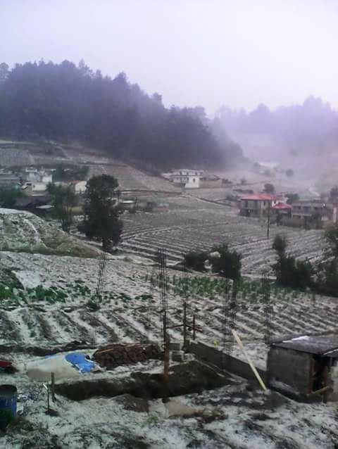 El frío y la escarcha son comunes en esta región, pero la caída de granizo asombra a los pobladores.