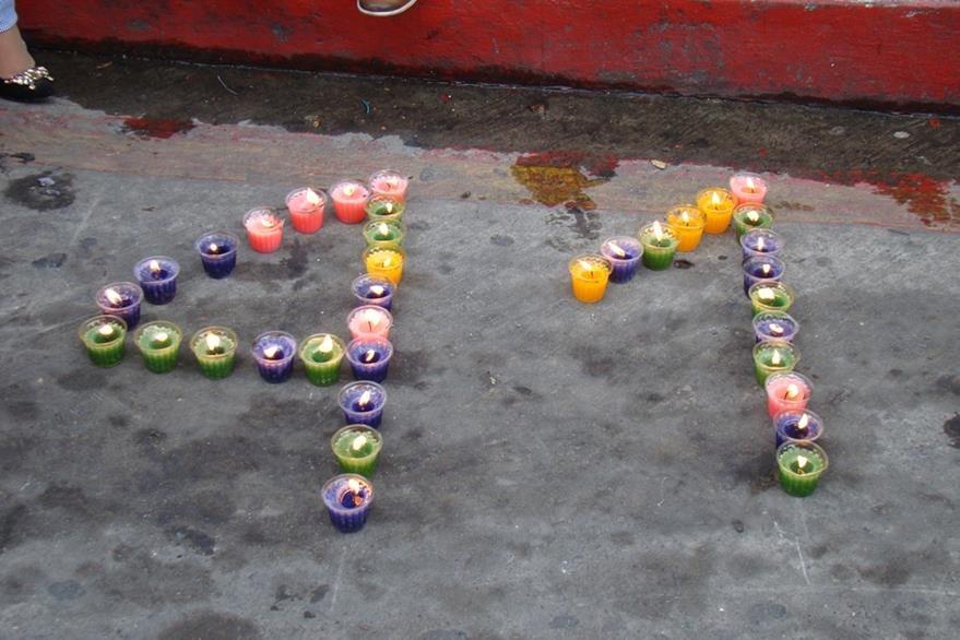 Universitarios del Cusam colocan velas frente a la Gobernación Departamental de San Marcos en honor de las víctimas del Hogar Seguro. (Foto Prensa Libre: Whitmen Barrera)