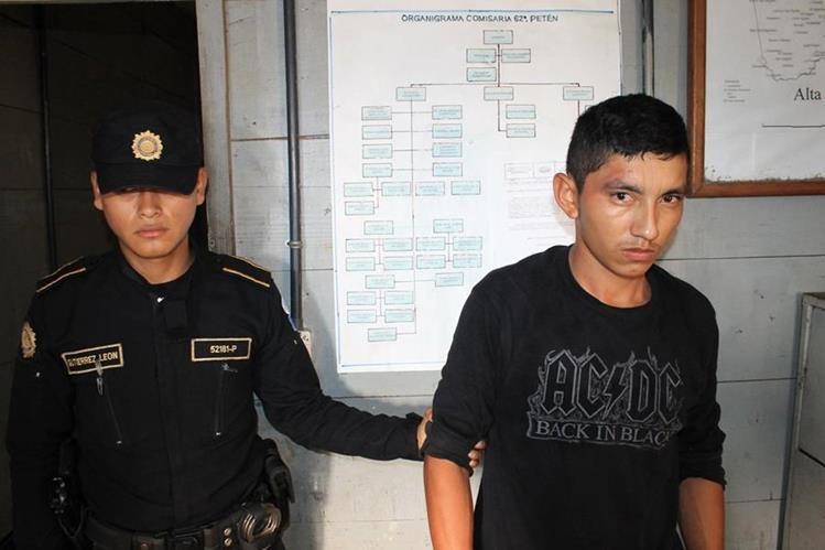 Agente de la PNC custodia a Inmer Orlando Figueroa Fernández señalado de haber violado a una menor. (Foto Prensa Libre: Walfredo Obando)